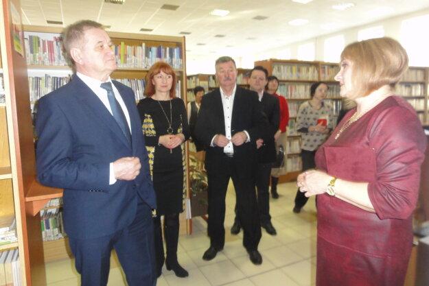 Predsedu NSK Milana Belicu a župných úradníkov po knižnici sprevádzala riaditeľka Monika Lobodášová.