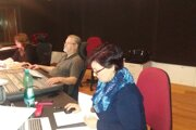 Za mixážnym pultom. Asistentka réžie Tamara Čopová (v popredí), zvukový majster Zoltán Litassy a režisérka Hana Makovická.