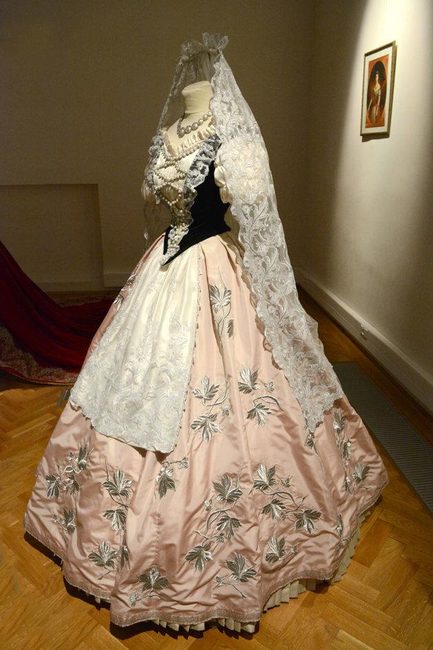 Obľubovala maďarský štýl. Viacero šiat si nechávala šiť s typickým živôtikom a čipkovanou zásterkou. Pod šatami sa ukrývalo niekoľko vrstiev spodničiek a jedna vytŕčala, aby zberala prach z ciest.