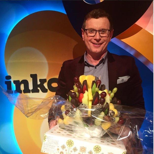 O ďalší rok starší. Vlado Voštinár oslávil 11. februára narodeniny a nezabudli na to ani jeho kolegovia z Inkognita. Ku krásnym 53. narodeninám mu dali jedlú a veľmi chutnú kyticu.