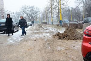 Frekventovaný chodník. Stavebný dozor tvrdí, že blato po skončení prác odpratali.