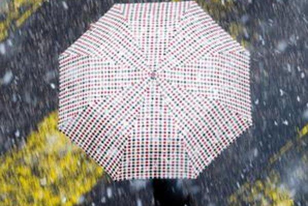 V Bratislave včera snežilo, vločky sa môžu vrátiť aj vo volebnú sobotu.