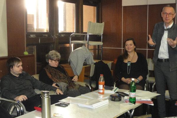 Na čítačke zľava Adam Gold, Táňa Kusá, Adriana Totiková a Svetozár Sprušanský.