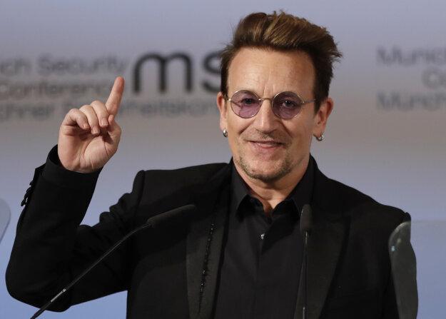 Bono počas vystúpenia na konferencii.