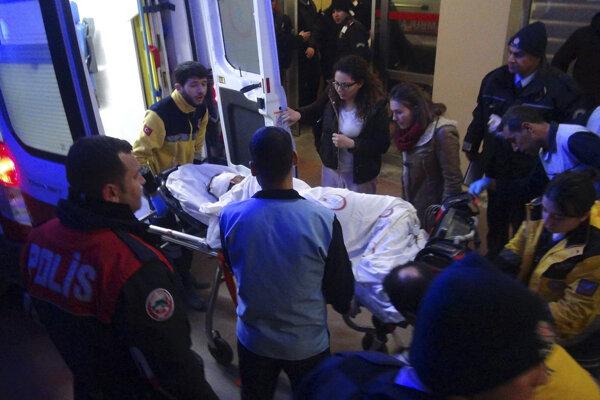 Tureckým mestom Viranšehir otriasol výbuch. Záchranári odvážajú zranených.