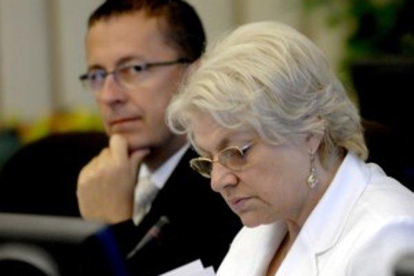 Za kauzu prevodu pozemkov na Čiernej vode pri Bratislave, do ktorej je zapletený Martin Glváč (na snímke za ministerkou Tomanovou) zo Smeru, by sa mala vyvodiť trestnoprávna zodpovednosť.