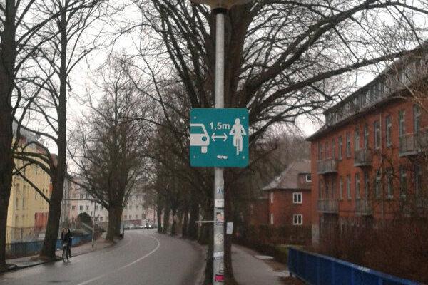Aj cyklisti na Kysuciach by uvítali inštalovanie dopravných značiek, ktoré sú bežné v iných krajinách EÚ.