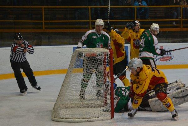 Kluka práve dosahuje hetrik, hoci ešte Kalináč sa snaží o dorážku. Topoľčany už v prvej tretine viedli 4:0.