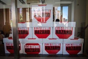 Na nemilé prekvapenie mnohých Bratislavčanov a tých 136-tisíc ľudí, ktorí podpísali petíciu, poslanci nevykázali hazard z hlavného mesta.