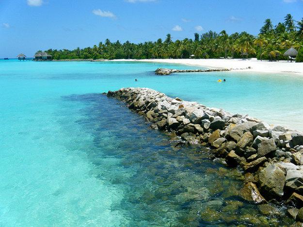 Maldivské ostrovy majú bezpečné a plytké vody.