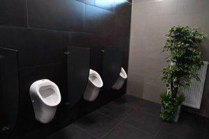 Luxusné záchody. Boli drahšie ako rekonštrukcia izieb v zariadení pre seniorov.