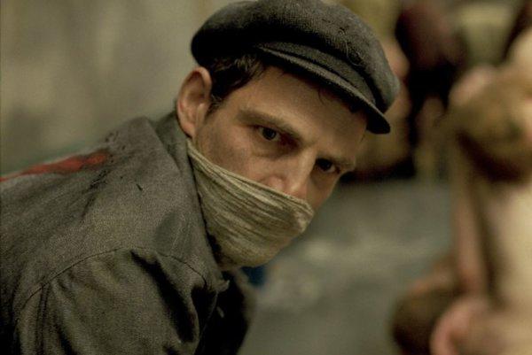 Géza Röhrig vo filme Saulov syn režiséra Lászlóa Nemesa Jelesa.