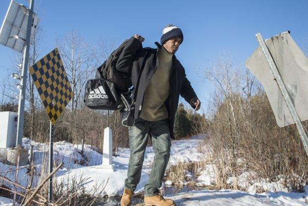 Jeden z utečencov prekračuje americko-kanadskú hranicu.