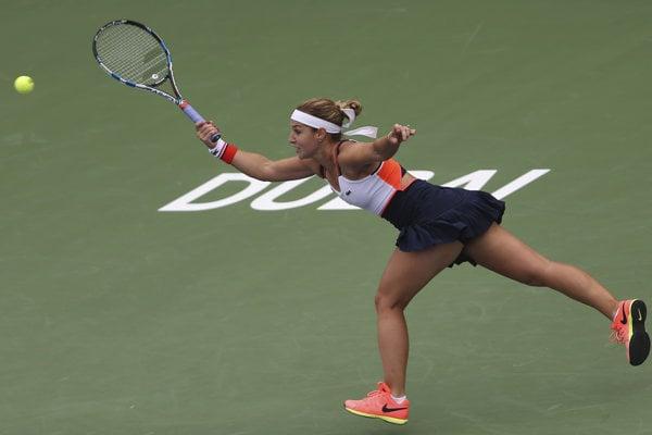 Slovenská tenistka Dominika Cibulková odvracia loptičku Ruske Jekaterine Makarovovej v zápase 2. kola turnaja WTA v Dubaji.