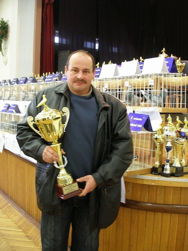 Peter Holienka s pohárom Majstra OZ Čadca a holuba č.727. Ide o najlepšieho pretekára na tratiach nad 700 km v OZ Čadca za rok 2016 a viacnásobného účastníka výstav.