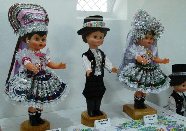 Z výstava krojovaných bábik -v apríli 2016 ich Rybníčanka zhromaždila a v Tekovskom múzeu vystavila 101 kusov.