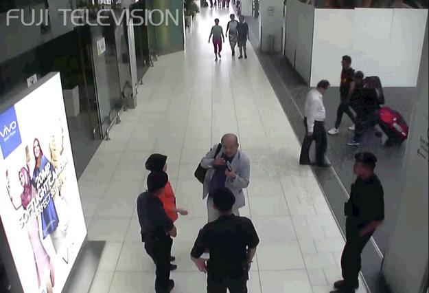 Kim Čong-nam hovorí s políciou tesne po útoku. Pri prevoze do nemocnice zomrel.