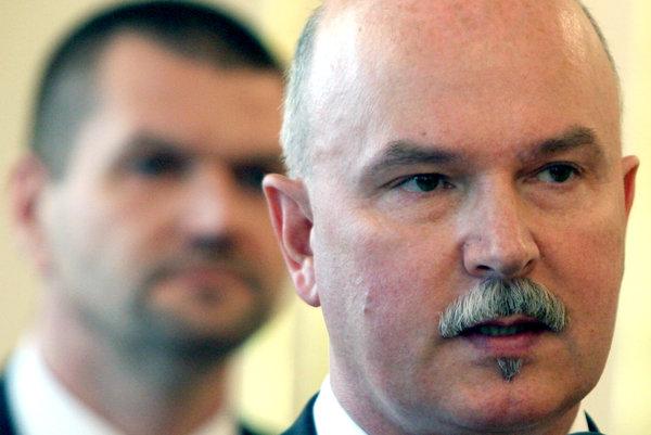 Exministrom Marianovi Janušekovi a Igorovi Štefanovovi hrozia za nástenkový tender dlhoročné tresty. V kariére ich to neobmedzuje.