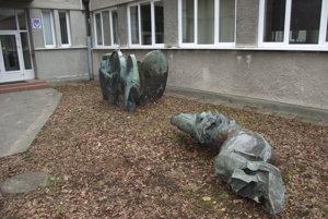 Dve z poškodených plastík od Tibora Bártfaya sú uložené pred vstupom do základnej umeleckej školy.