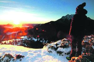 Pohľad na slnko nad horami je odmenou za námahu.