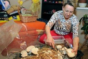 Erika Bolfíková sa teší z prvej vlastnej úrody obľúbenej huby hlivy ustricovitej.