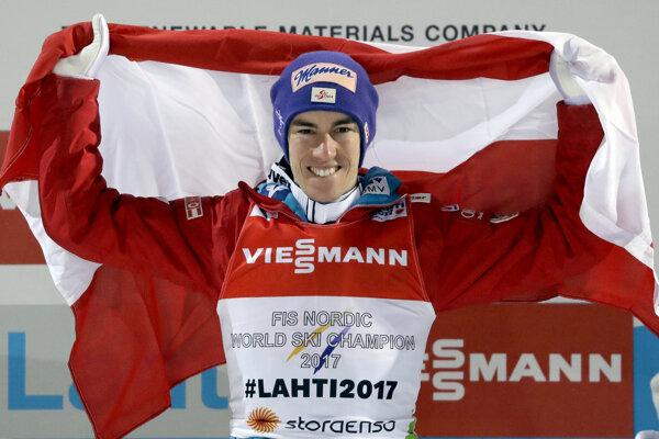 Stefan Kraft sa teší zo zisku zlatej medaily.