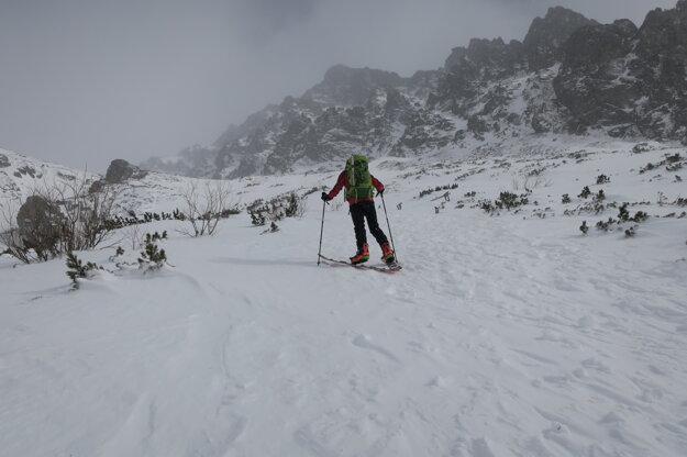 V piatok bol terén ľadový. Ale v noci napadlo čerstvých desať centimetrov snehu.
