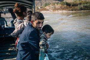 Sýrska rodina na lodi na rieke Tigris cestou do Iraku.