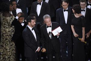 Warren Beatty s nešťastnou obálkou. Vedľa stojí Jimmy Kimmel.