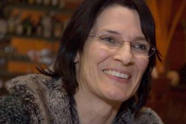Narodila sa v roku 1962 v evanjelickej rodine. S budhizmom sa stretla, keď mala šestnásť rokov. Tvrdí, že napriek tomu, že vyrastala v šesťdesiatych a sedemdesiatych rokoch, nemá žiadne skúsenosti s drogami, na rozdiel od svojich bratov, ktorí boli – ako