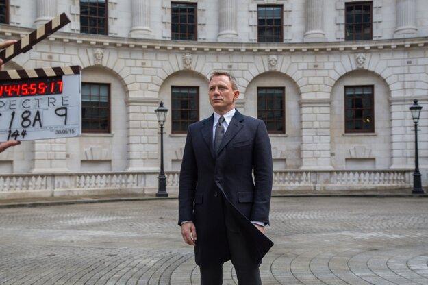 James Bond nerád cestuje.