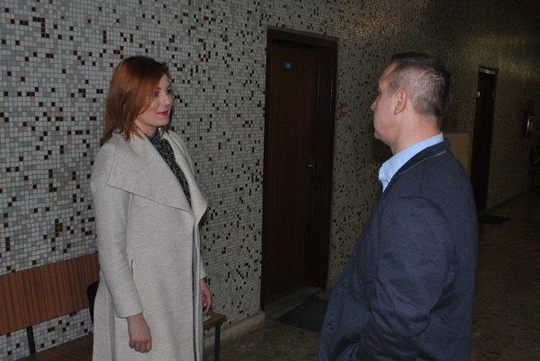 Na súde. Kristína Piovarčiová a Róbert Okoličány.