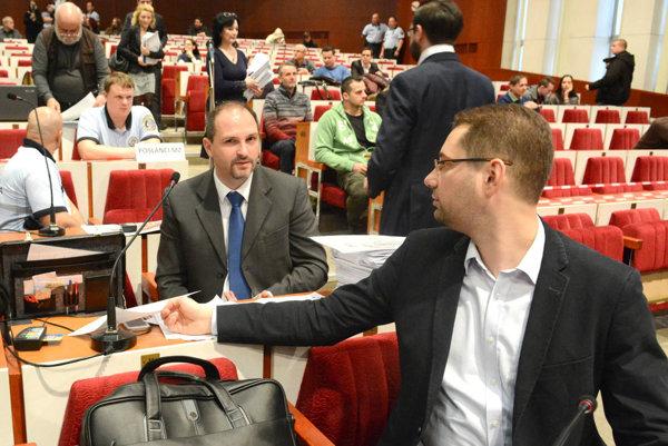 Problémoví poslanci? Dvojhodinové čítanie návrhov Polačeka a Gibódu prinieslo odvetu zo strany vedenia mesta.