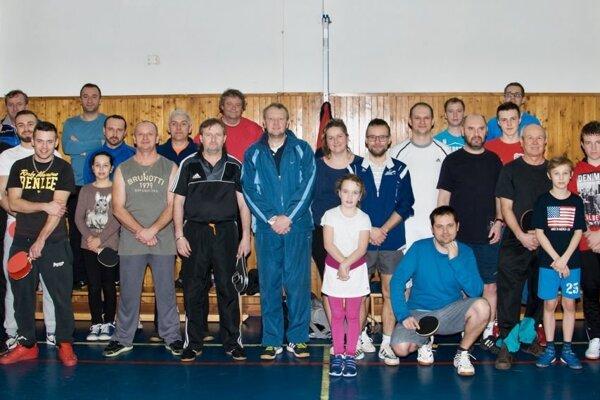 Účastníci stolnotenisového turnaja v Rosine.