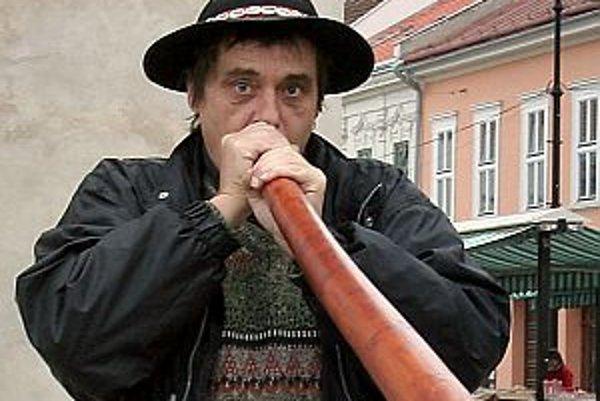 """Narodil sa v roku 1954. Do maturity žil v Košiciach. Pracoval ako fotograf, správca jaskyne, rok 1989 ho zastihol na železnici. Následne sa začal venovať """"permakultúre"""" (z angl. - trvalé poľnohospodárstvo). V Prahe mal ekocentrum, v ktorom robil dvojročný"""