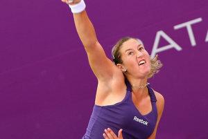 Izraelská tenistka Šahar Peerová odvracia loptičku Ruske Svetlane Kuznecovovej na tenisovom turnaji WTA v katarskej Dauhe.
