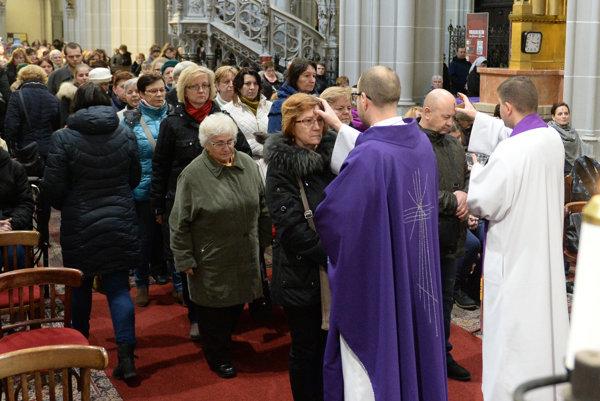 Na snímke pomazanie veriacich popolom v Dóme sv. Alžbety v Košiciach.