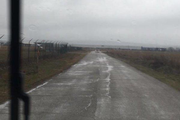 Kontroly pri letisku. Polícia skontroluje vodičov na účelovej ceste z Barce smerom na letisko častejšie.