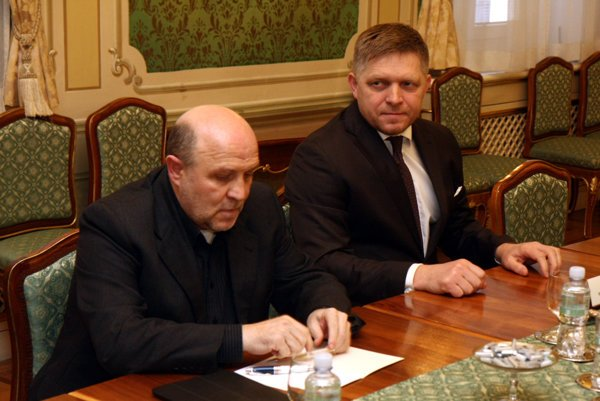 Predseda vlády SR Robert Fico (vpravo) počas stretnutia s predstaviteľmi Aliancie Fair-play (AFP), Transparency International Slovensko (TIS) a Zastavme korupciu.