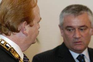 Ivan Harman (vľavo) počas ustanovujúcieho zasadnutia novozvoleného žilinského mestského zastupiteľstva prevzal funckiu primátora od Jána Slotu (vpravo)