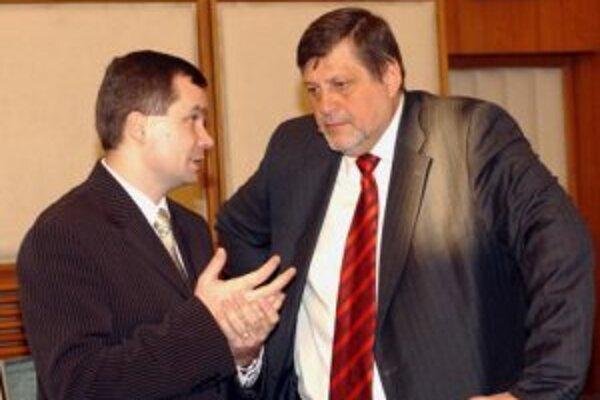 Zľava minister obrany František Kašický a minister zahraničných vecí Ján Kubiš na schôdzi vlády SR 10. januára 2007 v Bratislave.