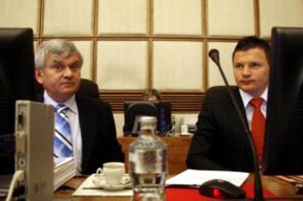 Zľava: minister hospodárstva SR Ľubomír Jahnátek a minister financií SR Ján Počiatek pred rokovaním 28. schôdze vlády. Bratislava, 24. január 2007.