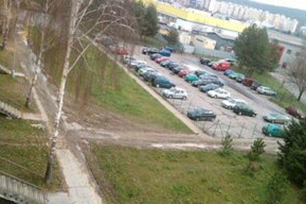Mnohé autá parkujú na detských ihriskách, ničia tým trávniky a poškodzujú chodníky.