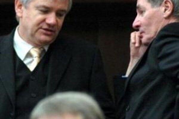 Vláda má podľa poslanca za SDKÚ-DS Stanislava Janiša (vľavo) iba jediný cieľ, a to získať absolútnu moc.
