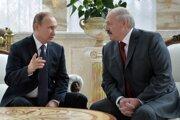 Lukašenko (vpravo) sa už nemôže spoliehať na ruskú pomoc.