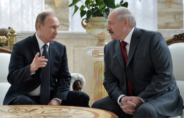 Lukašenko (vpravo)  a Putin.