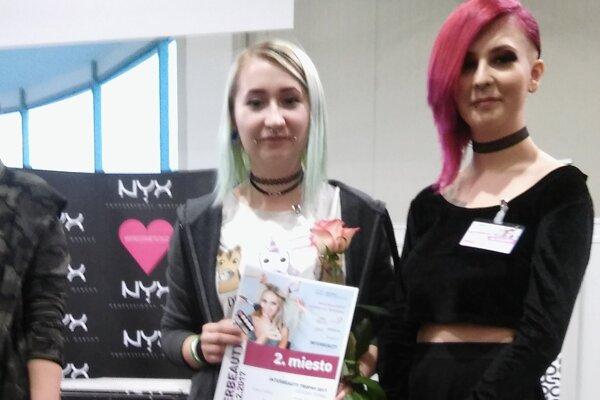 Účes, ktorý zaujal. Vytvorila do Dominika Zaťková (vľavo), na fotke aj s modelkou.