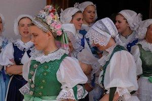 Paličkovaná čipka - Svadba na Myjavsku. Ženské čepce a rukávce zdobené rôznymi vzormi paličkovanej čipky. Myjava – Turá Lúka (2006).