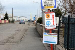 """Dočasná zastávka MHD v Barci. Na konci Barčianskej ulice pri Myslavskom potoku vznikla ďalšia zastávka """"Autocamping"""". Táto je určená pre náhradnú autobusovú linku X4 (premáva ako okružná linka po Barci). Z nej sa dá dostať peším nadjazdom cez rýchlocestu na električkovú, ale aj dočasné autobusové zastávky """"Autocamping"""" (tie sú umiestnené na blízkej Rastislavovej pri Tempuse)."""