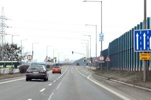 Pri teplárni. Autá môžu pokračovať v smere z Barce do centra mesta rovno cez Vyšné Opátske ku križovatke Prešovská – Sečovská a odtiaľ cez Palackého ulicu. Obchádzková trasa z Barce na Južnú triedu (do centra mesta), k Alejovej a Optime (Rožňava)  vedie po odbočení na tejto križovatke doprava na Baltickú a na ďalšej križovatke o pár desiatok metrov doľava cez podjazd na Teplárenskú.
